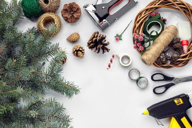 Готовимся к рождеству или новогоднему празднику лепешка из веток елки венки канат ножницы поделка ...
