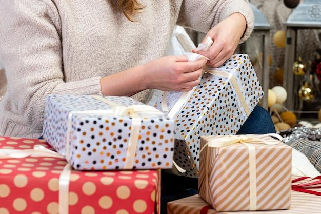 크리스마스 준비, 크리스마스 선물 포장 여성, 크리스마스 선물 및 새해 선물 포장 여성 손