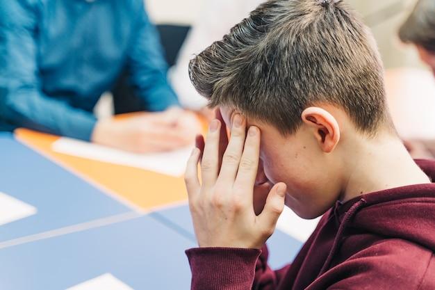 Подготовка к экзаменам. ученик держит карандаш. образование. прогрессивная школа.