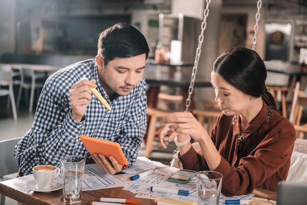 会議の準備。会議の準備中にいくつかのメモを作る成功したビジネスマンのカップル