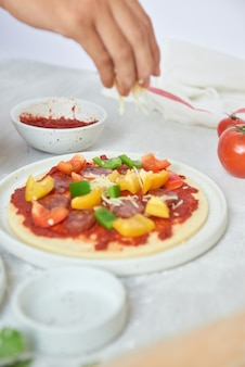 피자 바에서 개별 피자 준비하기