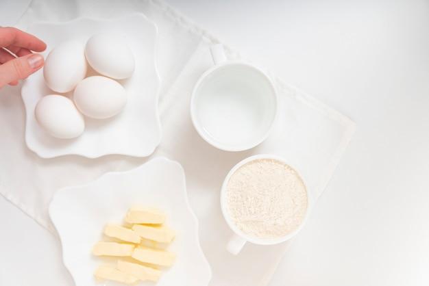 Готовим ингредиенты для запекания. сливочное масло, мука и масло для теста. ингредиенты рецепта.