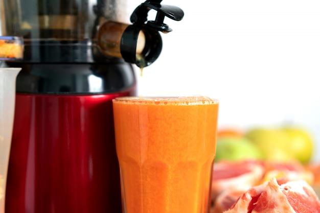 신선한 과일과 채소로 주스를 준비합니다. 전기 과즙 기, 건강 한 라이프 스타일 개념