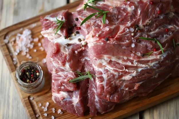 バーベキューポークネックの肉の準備