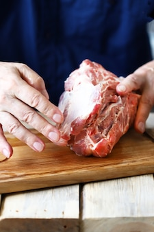バーベキューのための肉の準備。