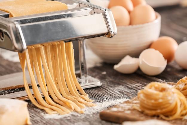 Приготовление макаронных изделий с помощью машины на кухонном столе
