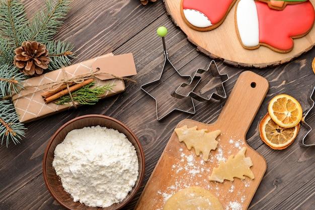 テーブルの上のおいしいクリスマス クッキーの準備
