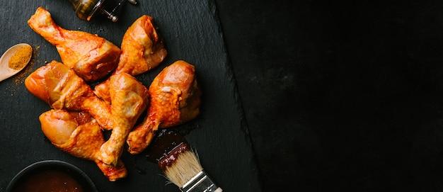 요리를위한 생 바베큐 치킨 준비