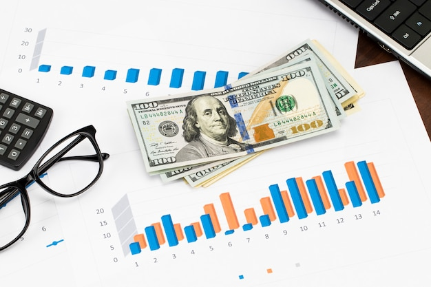 보고서 준비 중 파란색 그래프 및 차트. 사업 보고서 및 나무 테이블에 문서 더미