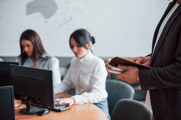 Подготовка отчетов. деловые люди и менеджер работают над своим новым проектом в классе