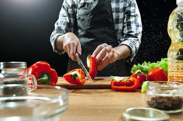 샐러드 준비. 신선한 야채를 절단하는 여성 요리사. 요리 과정. 선택적 초점. 건강 식품, 주방, 샐러드, 다이어트, 요리 유기 개념