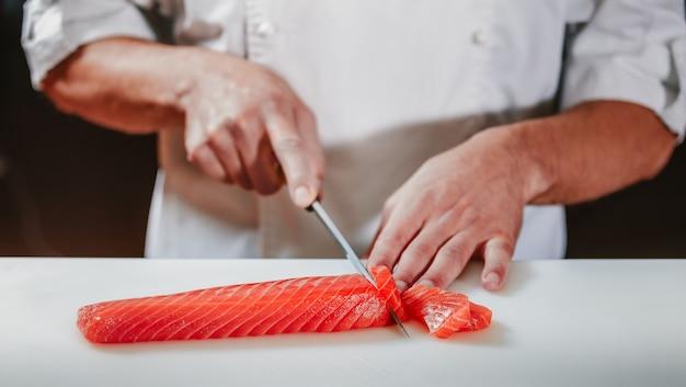 レストランのキッチンで刺身を用意する