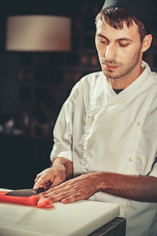 Готовим сашими в ресторане на кухне