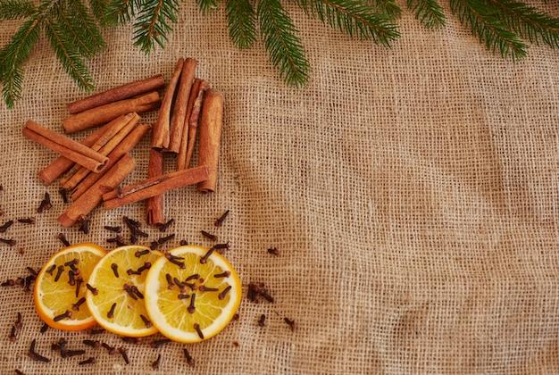 スタイリッシュなクリスマスの飾りと食べ物を準備する