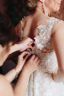 웨딩 드레스에서 결혼식을 위해 신부 준비