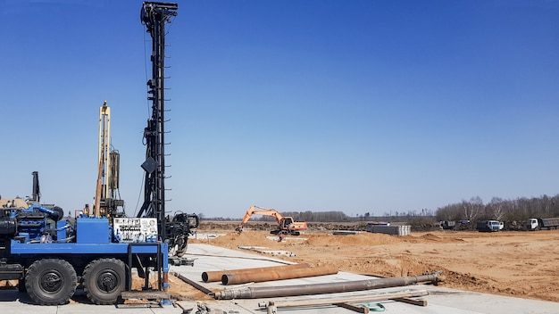 작업을 위해 드릴링 장비를 준비합니다. 유정 및 가스정 천공용 도구 및 장비. 지질학 연구를 위한 드릴링. 정교한 드릴링 장비.