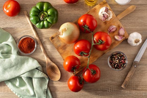 キッチンでトマトソースを準備する