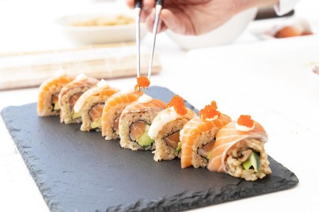 伝統的な日本料理の巻き寿司を準備する
