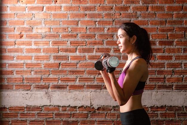 Тренировка спортивной девушки prertty в тренажерном зале