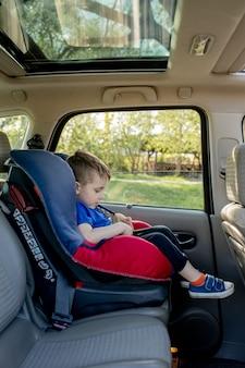 安全車の座席に座っている男児