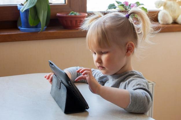 就学前の女の子が自宅でオンラインで学習します。