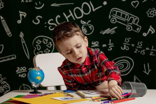学校の宿題を作る未就学児の男の子