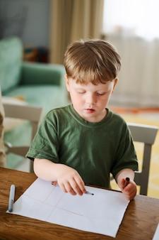 미취학 아동 아이가 테이블에 색연필로 그리기