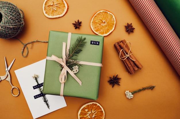 クリスマスのプレゼントとポストカード