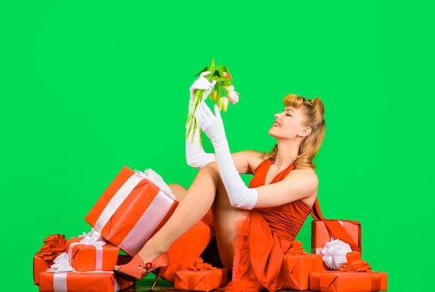 Подарочная коробка букет тюльпанов с днем святого валентина цветы и подарок счастливая девушка с подарком и букетом