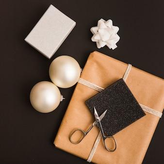 가 위 및 크리스마스 싸구려 근처 공예 종이 선물 상자