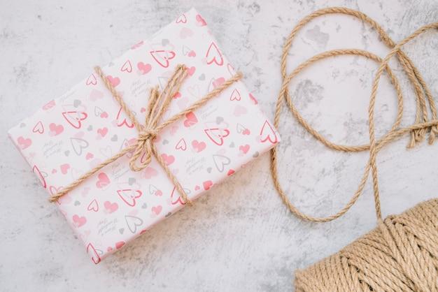 Подарочная коробка в обертке вокруг нитей