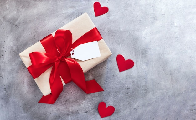 Подарочная коробка с красной лентой и биркой