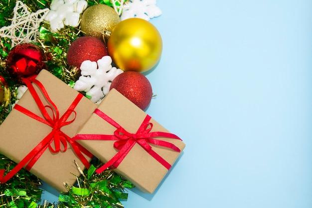 흰색 배경에 고립 된 빨간 리본이 있는 선물 상자. 내 포트폴리오에 더 많은 선물 상자 찾기