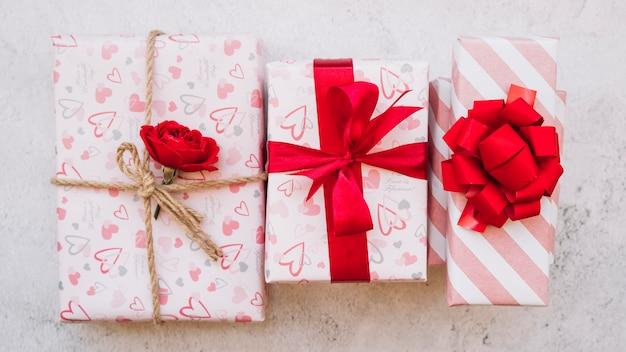 Подарочные коробки в упаковке с цветком, лентой и луком