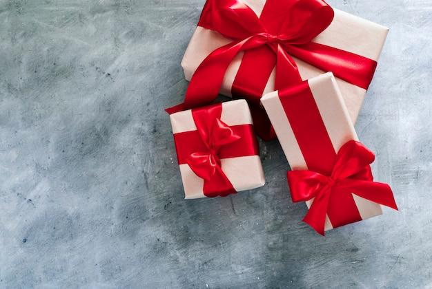 Настоящие коробки с красной лентой. день святого валентина, подарок на день рождения, концепция дня матери