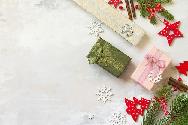 トウヒと赤の装飾の現在の枝クリスマス新年のコンセプト上面図フラットレイ