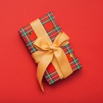 Подарок на рождество с лентой