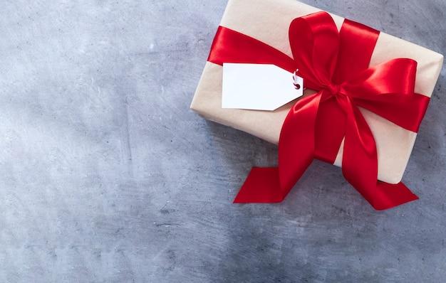 Подарочная коробка с красной лентой Premium Фотографии