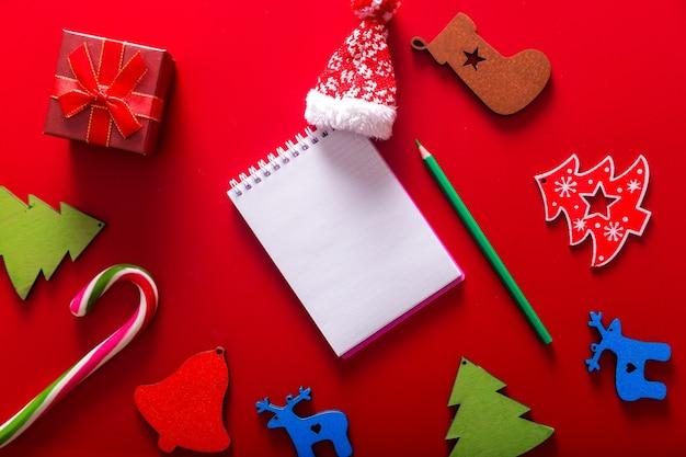 Подарочные коробки, елочная игрушка ручной работы и блокнот