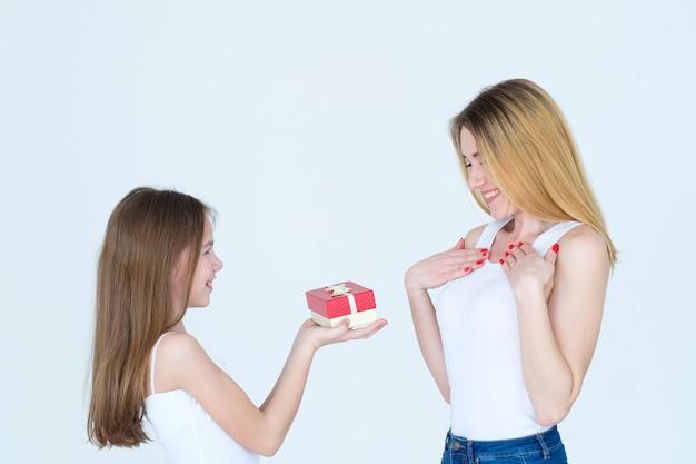 어머니를위한 선물로 선물하십시오. 생일 놀람. 사랑하는 딸과 가족 관계.