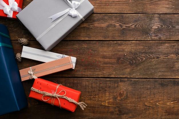 나무 벽에 현재 판매 구색입니다. 생일, 크리스마스, 새해 및 기타 공휴일에 가족을위한 다양한 선물. 축하 준비
