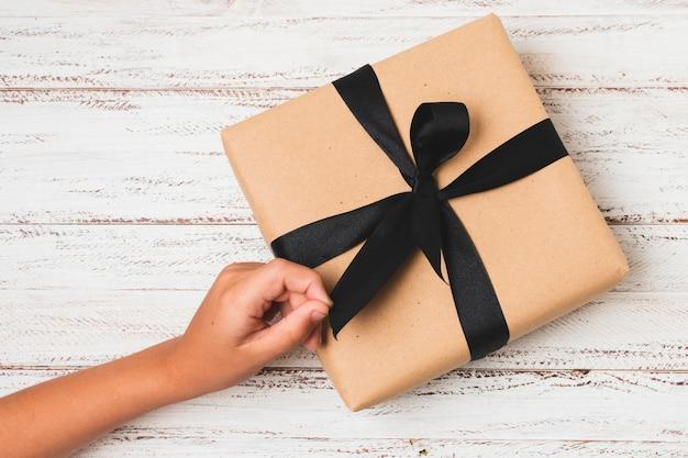 Подарок с луком и рукой