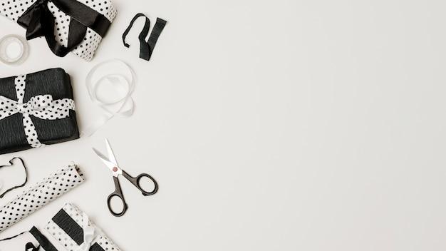 텍스트를 작성하기위한 복사 공간이있는 흑백 디자인 용지에 싸인 선물