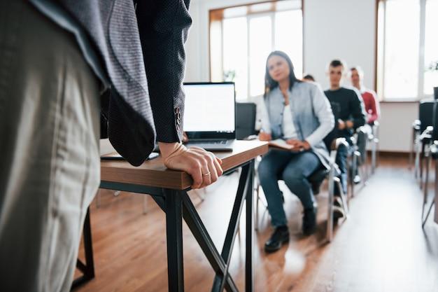 プレゼンテーションの準備ができました。昼間の近代的な教室でのビジネス会議での人々のグループ
