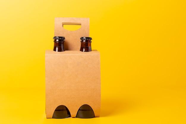 Презентация упаковки из четырех сортов пива с желтым фоном