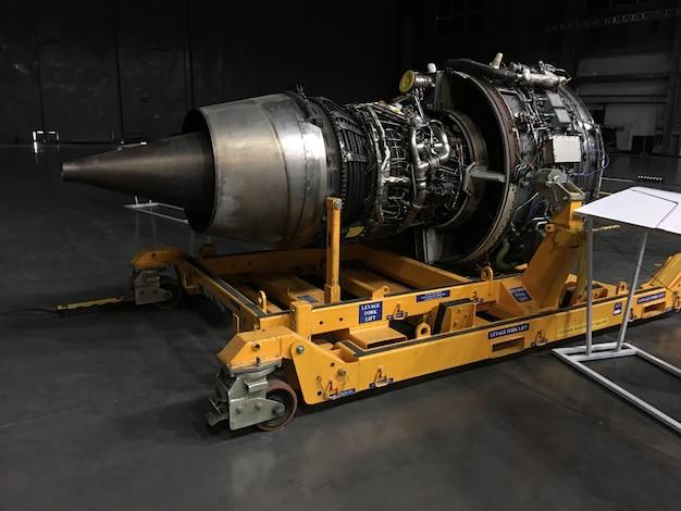 航空機用の新しいエンジンのプレゼンテーション。ミクストメディア