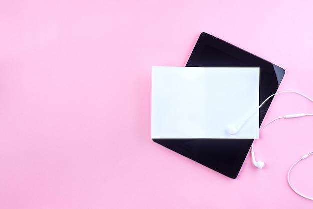 ピンクの紙の背景にプレゼンテーションタブレット、封筒、レターヘッド、ビジネスおよび招待状。