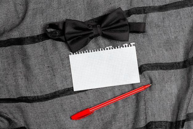 日常の持ち運びに欠かせないものの提示、衣類のアクセサリーのアタッチメント、ポケットの中身の表示、重要なメモの書き方、手持ちのエキストラ、フォーマルな服装の蝶ネクタイ