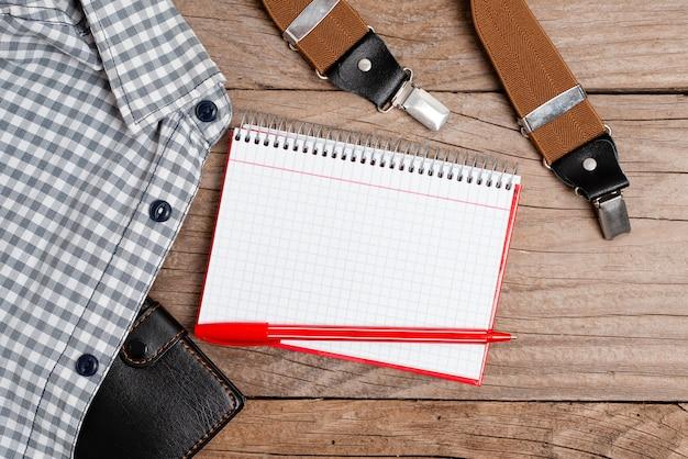 新しい適切な作業服のデザインの提示、正式なオフィスの服の表示、重要なメモの作成、レポーターの服装の要約、服の測定の取得