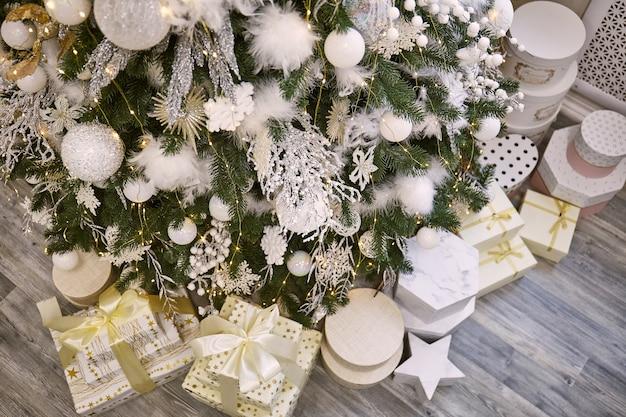 Подарки и подарки под красивой елкой